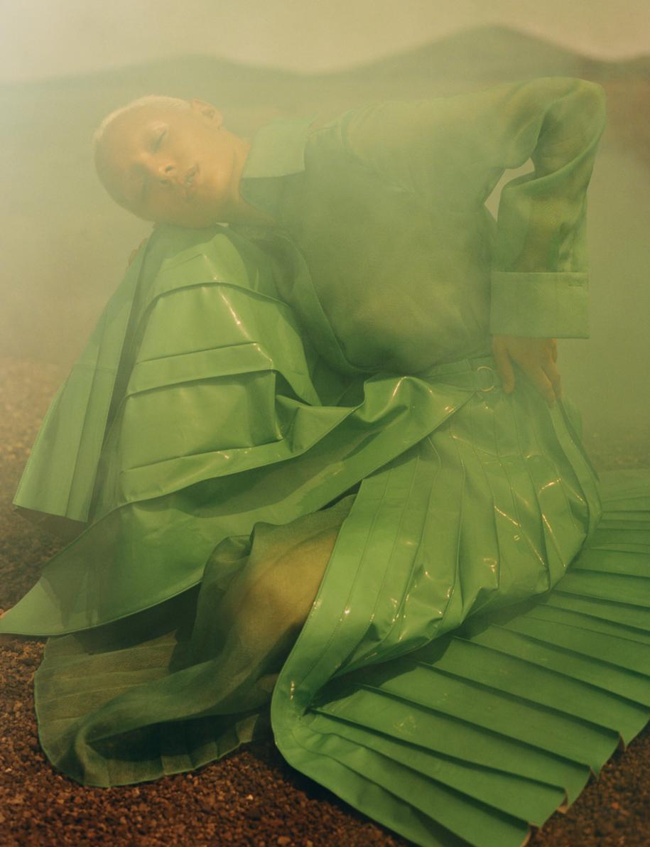 Robe longue en organza et jupe plissée en cuir verni, FENDI.
