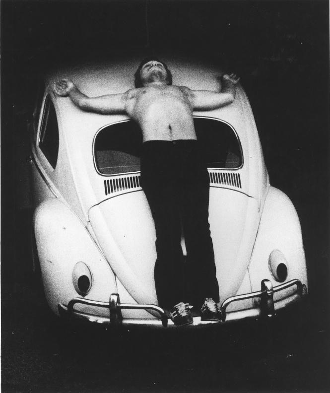 """La performance""""Trans-Fixed""""réalisée par Chris Burden en 1974."""