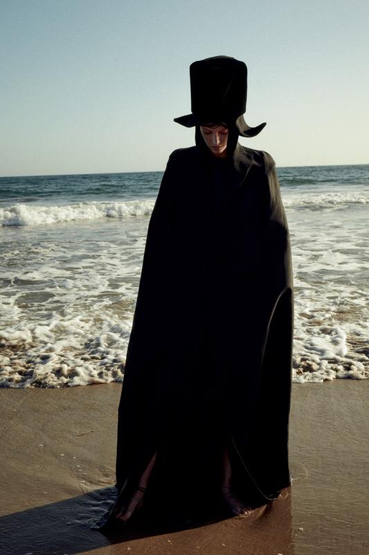 Longue cape en soie et laine,DSQUARED2.Sac porté en chapeau,GIORGIO ARMANI, sur un chapeau,JACQUEMUS.