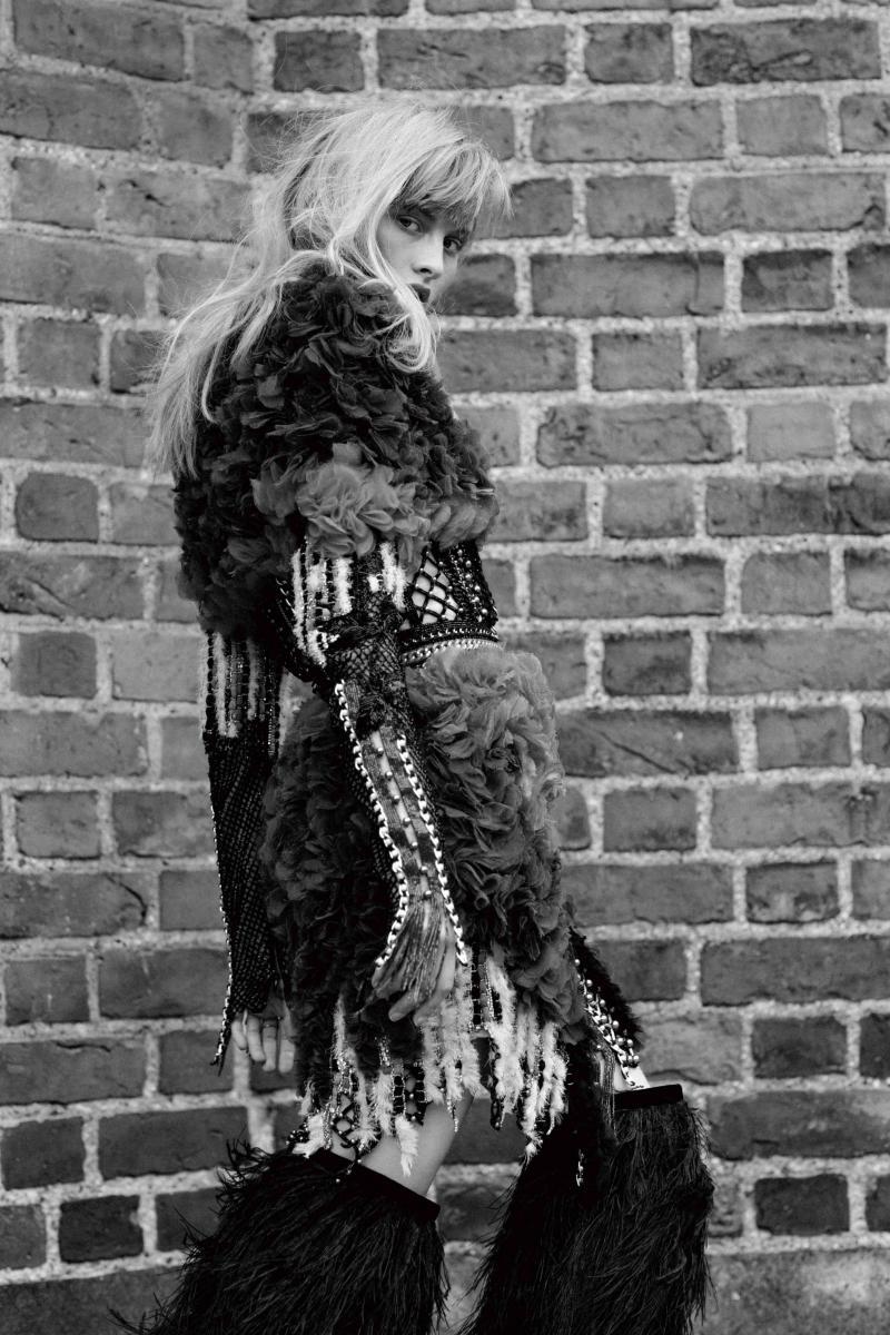 Robe en cuir tressé rebrodé de plumes, BALMAIN. Bottes, SAINT LAURENT PAR ANTHONY VACCARELLO.