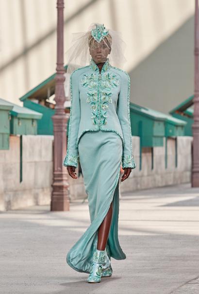 Adut Akech Bior en mariéelors du défilé couture automne-hiver 2018-2019 de la maison Chanel.