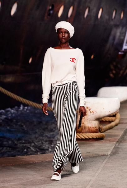 Adut Akech Bior ouvre leshow croisière 2019 de Chanel.