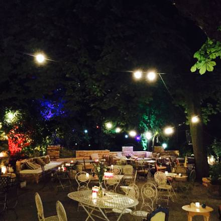 Paris XIXe.Pavillon Puebla  Repris par la bande du Perchoir, le Pavillon Puebla est une valeur sûre. Ambiance terrasse, coktails et tapas méditerranéens (le nouveau chef Manuele Rossi est italien), avec une carte composée uniquement de produits de première fraîcheur. On y va pour boire un coktail, dîner, puis reboire des cocktails jusqu'à la fermeture à 2 heures.  Rendez-vous sur la page facebook duPavillon Puebla.  Parc des Buttes-Chaumonts. Entrée face au 42, av Simon-Bolivar, Paris XIXe. Tél. 01 42 39 34 20.