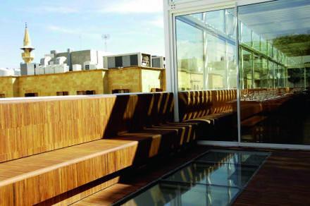 13h00 Déjeuner glamour   Perché au quatrième étage du magnifique concept store Aïshti et inondé de lumière, le restaurant People Downtown est l'endroit idéal où s'attabler le temps d'une pause déjeuner dans un décor ultra design.  aishti.com   Retrouvez tous nos 48h ici.