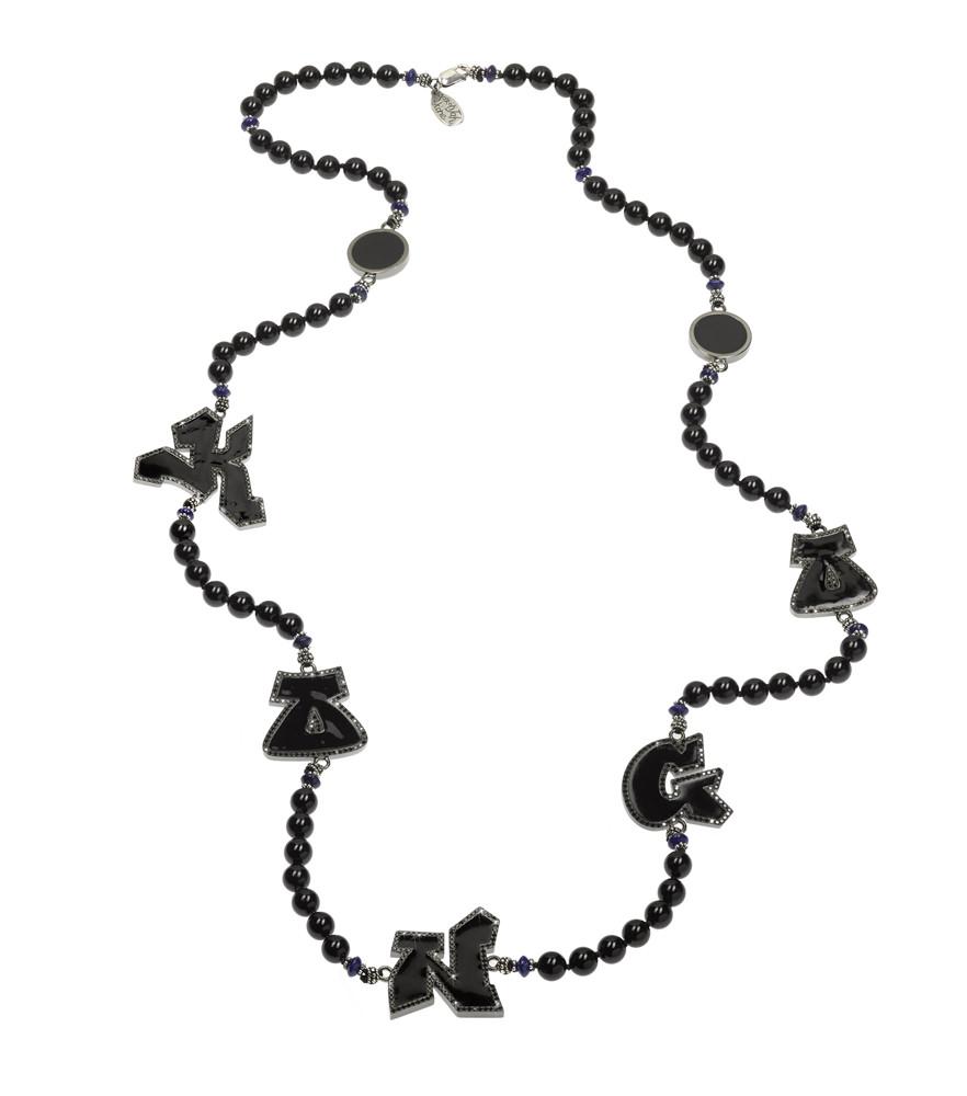 Collier de la collaboration Aaron Jah Stone x Kongo en argent, tourmaline noire, lapis-lazuli et lettres pavées de diamants noirs.