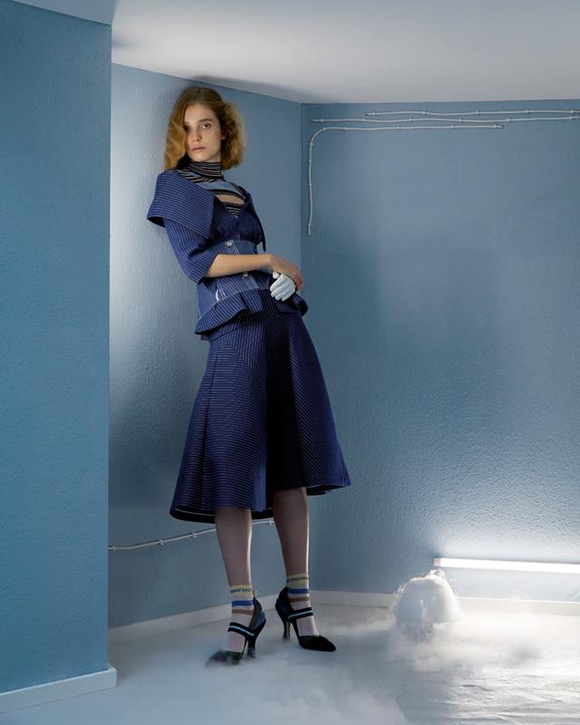 Veste et jupe en coton à rayures tennis, pull rayé en soie, chaussettes en soie et escarpins, FENDI. Corset en PVC, TIBI. Gant, ANNE SOFIE MADSEN.