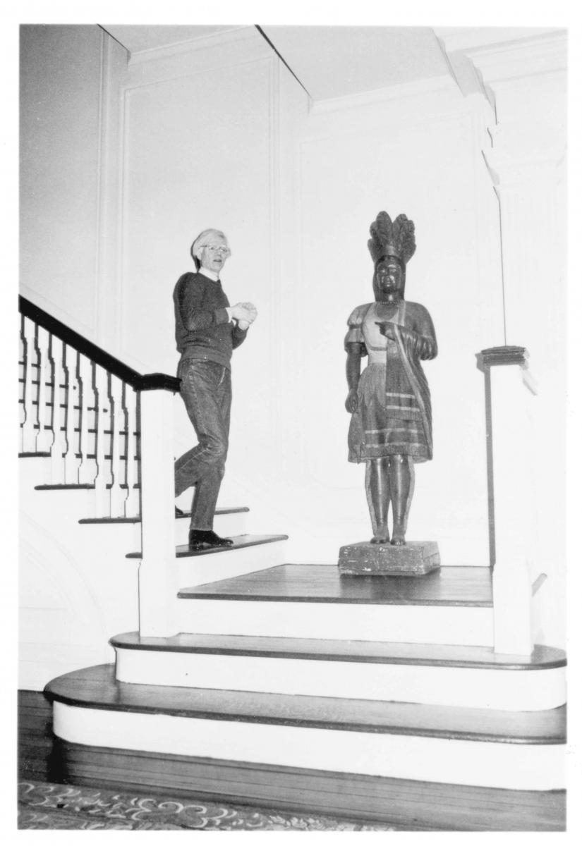 """""""Artiste descendant un escalier.""""Andy dans sa maison de ville du 57, East 66th Street, achetée en 1974.© Bob Colacello"""