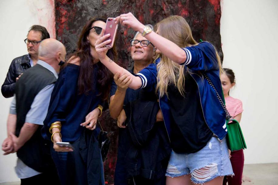 Anish Kapoor en plein selfie lors de son vernissage à la galerie Kamel Mennour. Photo : courtesy the artist, Restaurant Yannick Alléno / Pavillon Ledoyen, and Kamel Mennour