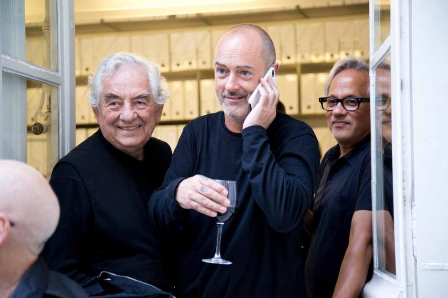 Les artistes Daniel Buren, Douglas Gordon et Anish Kapoor au vernissage de la galerie Kamel Mennour. Photo : courtesy the artist, Restaurant Yannick Alléno / Pavillon Ledoyen, and Kamel Mennour