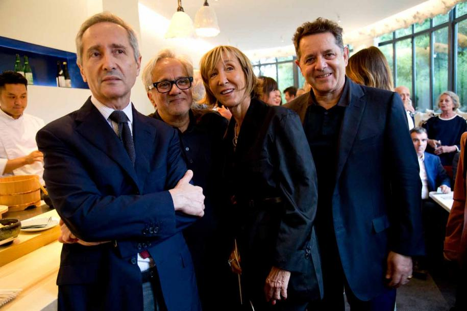 Bernard Blistène, Anish Kapoor, Patricia Marshall et Jean de Loisy au dîner organisée par Kamel Mennour au Pavillon Ledoyen en l'honneur d'Anish Kapoor. Photo : courtesy the artist, Restaurant Yannick Alléno / Pavillon Ledoyen, and Kamel Mennour