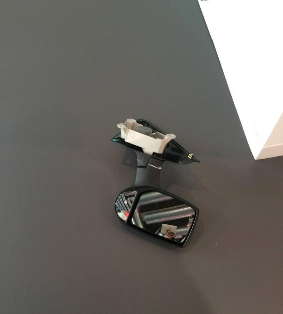 """Darren Bader sur le stand de la GalerieFranco Noero  Darren Bader est le spécialiste de l'humour absurde. On se souvient de ses lasagnes gratinées à l'héroïne. Pendant son exposition au MoMa PS1,à New York en 2012, il était question de vrais chats abandonnés proposés à la vente. Sur le stand de la GalerieFranco Noero, l'Américain a disposé des pierres ou des rochers accompagnés ici et là de miroirs de toutes formes, comme un rétroviseur posé par terre par exemple…à moins qu'il ne s'agisse d'un oubli ? Un vrai jeu de piste s'engage dans la foire pour essayer de découvrir où se cachent ces œuvres, et s'il s'agitbien de ses productions. En tout cas, à la Galerie Andrew Kreps où il est également présent, nul ne pouvait dire où se trouvaient les pièces, pourtant indiquées par des cartels. Son humour ne l'a pas empêché de remporter le très priséprix Calder en 2013.Dans une interview pour Numéro en octobre 2014, il confiait : """"Un quart de ma famille avait sans doute une prédispositionà la folie ordinaire."""""""