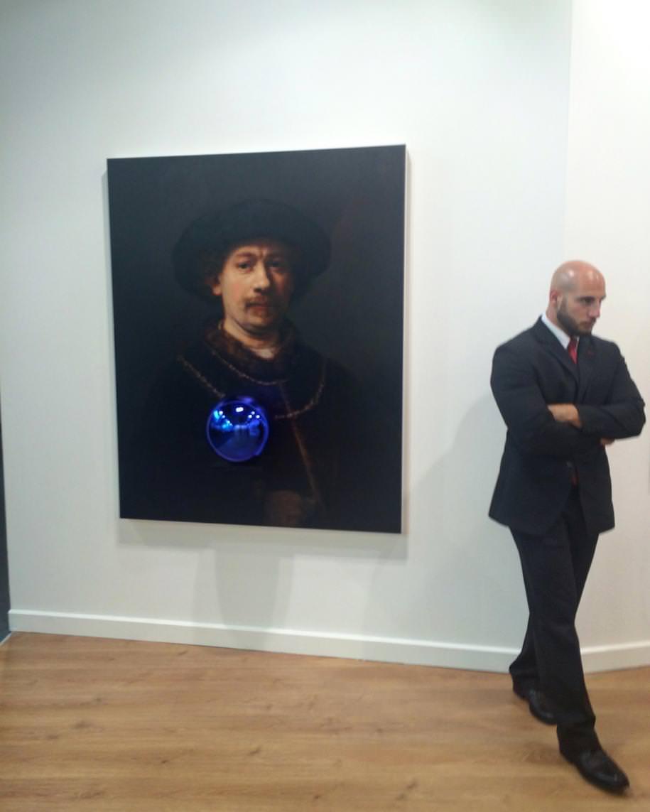 Jeff Koons sur le stand de la Gagosian Gallery  Que dire sur Jeff Koons ? Ses œuvres sont si précieuses – enfin, si chères – que la compagnie d'assurance demande qu'un gardien les surveille vingt-quatreheures sur vingt-quatre…