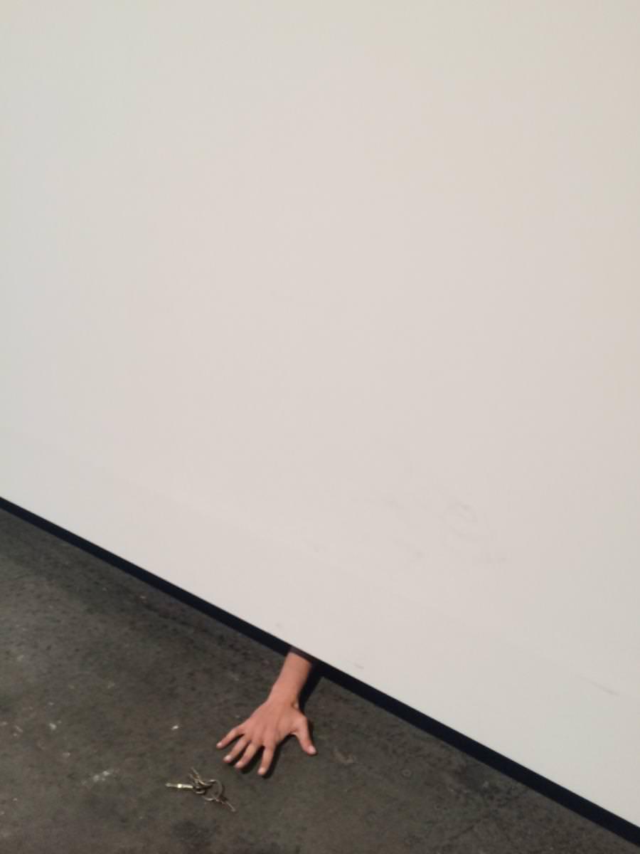 """Ascenseur(2013) de Laura Lima,A Gentil Carioca Gallery, Tanya Bonakdar Gallery etGaleria Liuisa Strina.   DE L'EAU BLEUEET UNE ARME SONIQUE  ÀBâlecomme ailleurs, il y a aussi les œuvresqui intriguent. L'artisteLaura Limaa perdu ses clés et tente de les récupérer en tatant le sol. C'est une performance.Un militaire surplombe le grand hall d'Art Basel d'un air menaçant. Ce n'est pas le plan Vigipirate – on est en Suisse – mais une œuvre deSamson Young.D'ailleurs l'homme est habillé d'un uniforme de la police hongkongaise et s'apprête à user deson arme sonique – un pistolet qui émet une fréquence telle qu'elle oblige les manifestants à se disperser.Pamela Rosenkranza, quant à elle, installé un évier dont le robinet ne délivre que de l'eau bleue. Un jeune homme impétueux en profite pour réaliser une tentative d'approche auprès d'une femmeabsorbée par le spectacle: """"I am really thirsty.""""(au choix en français: """"J'ai très soif"""" ou """"Je suis très chaud""""). Comme le disait si bien un galeriste français dans le train de 7 h 23: """"Bâle, c'est vraiment de la balle.""""  Art Basel Unlimited, à Bâle. Jusqu'au 19 juin.  >>Retrouvez les 17 œuvres qu'il est bon d'avoir vues à l'Art Basel 2016 (pour briller en soirée)."""