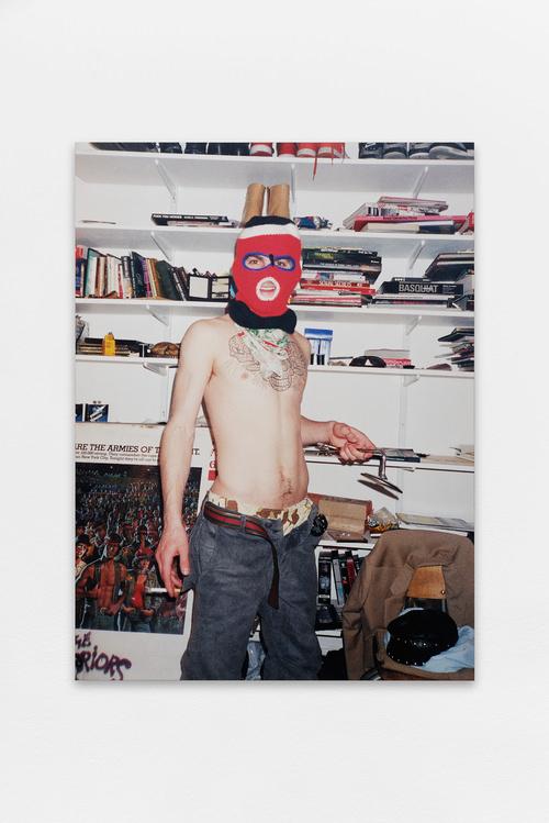 Ski Mask (2001) de Ryan McGinley, photographie couleur contrecollée sur aluminium, édition de 3/6, 100 x 70 cm, Courtesy Galerie du Jour Agnès b. Photographie : Aurélien Mole 