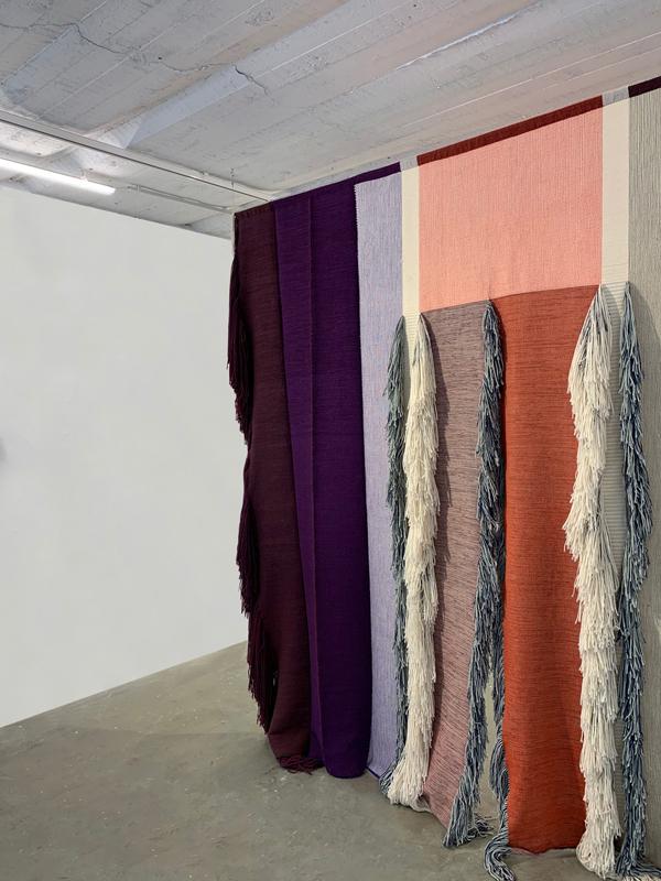 """Ani Bedrossian & Flavien Servaes, """"À traverser"""" (2016). Installation interactive : Laine-Prototype par Jarilux (BE) sur métier jacquard, 320 x 150 cm. Courtesy the artists"""