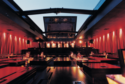 1h00 Clubbing sous les étoiles   Autre réalisation de l'architecte Khoury, le B018 est à Beyrouth ce que le Berghain est à Berlin. On y retrouve le principe du toit coulissant du bar du Centrale, transformant le bunker en boîte de nuit à ciel ouvert. Haut lieu de rassemblement des clubbeurs, on n'y arrive jamais avant 3 heures du matin le week-end et on ne rate pas la soirée eighties chaque jeudi soir.   B018 Karantina (La Quarantaine).