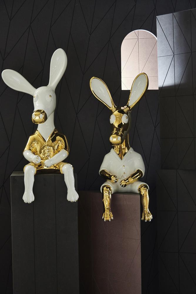 """Depuis 1994, la marque Dodo construit son univers autour de bijoux personnalisables qui, grâce à des charms précieux, transmettent des messages d'amour, d'amitié ou de chance. Le joaillier italien décline également son concept autour du vocabulaire animalier. Ses créations espiègles prennent aujourd'hui desformes d'oiseaux, de poissons, d'insectes, de chats…  À l'occasion de la Design Week de Milan en avril dernier, Dodo présentait une collection de personnages en céramique blanc et or imaginée par l'artiste-designer Matteo Cibic qui réinterprétait de façon ludique le bestiaire du joaillier:""""Mon imagination est depuis toujours structurée par une architecture singulière, peuplée d'êtres anthropomorphes. Ces fantaisies stylistiques se sont incarnées au fil des années en un ensemble de personnages dotés d'un caractère propre. Pour Dodo, j'ai imaginé un safari, une faune moderne qui transporte le visiteur vers un voyage fantastique au cœur de mes rêves.""""  À l'occasion des D'Days 2016, la boutique située rue Saint-Honoré à Paris accueille en exclusivité Le Paradis des rêves de Matteo Cibic et ses créations attachantes et curieuses à travers une mise en scène unique.  Le Paradis des rêvesde Matteo Cibic Du 30 mai au 5 juin, boutiqueDodo,  350, rue Saint-Honoré, Paris Ier."""