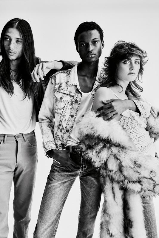 À gauche : blouson en cuir, débardeur en coton et pantalon en toile, CELINE PAR HEDI SLIMANE. Au centre : veste en denim, débardeur en coton et jean, CELINE PAR HEDI SLIMANE. À droite : manteau en fourrure, débardeur en maille crochetée et jean, CELINE PAR HEDI SLIMANE.