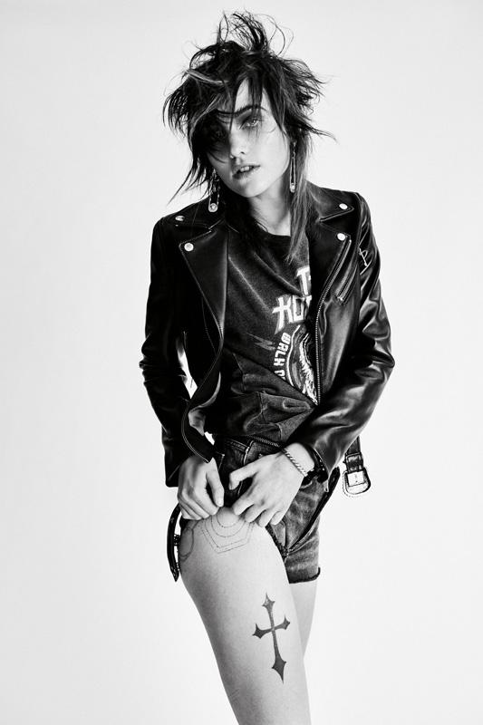 Blouson en cuir zippé, tee-shirt en coton et short en jean, THE KOOPLES. Boucles d'oreilles et bracelet, VERSACE.