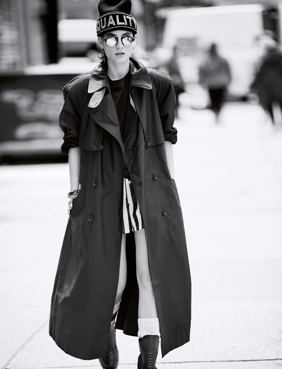 Trench en soie technique, tee-shirt en coton et bonnet en laine, VERSACE. Short rayé en coton, CALVIN KLEIN. Chaussettes, FALKE. B ottines, ALEXANDER WANG. Lunettes , ILLESTEVA. Boucle d'oreille vintage, VERSACE CHEZ DEPUIS 1924. Bracelets vintage, CHANEL CHEZ NEW YORK VINTAGE.