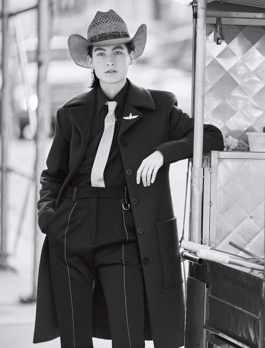 Manteau en laine et cachemire, pantalon en coton et soie mélangés et chemise en coton, LOUIS VUITTON. Chapeau, SPACE COWBOY. Cravate, CHARVET.