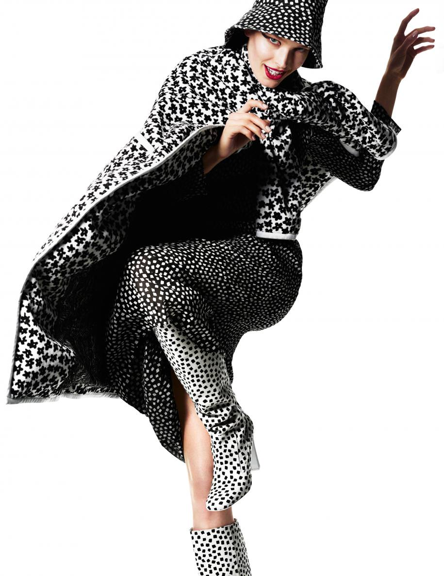 Manteau imprimé double face en coton, robe imprimée en georgette de soie plissé, chapeau et bottes,MAX MARRA.