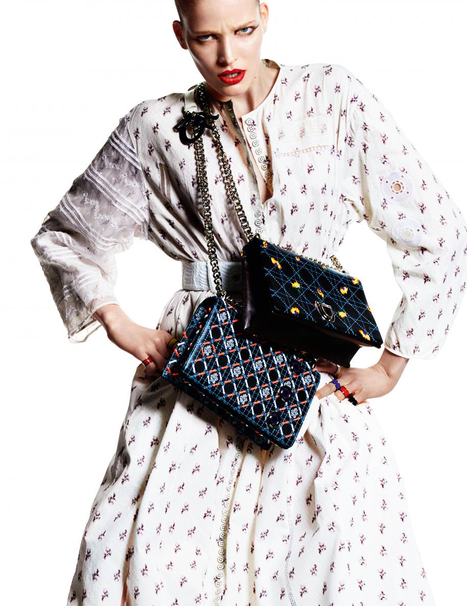 """Robe chemise en coton imprimé brodé et sacs """"Diorama"""" en cuir,DIOR. Bagues,TULESTE."""