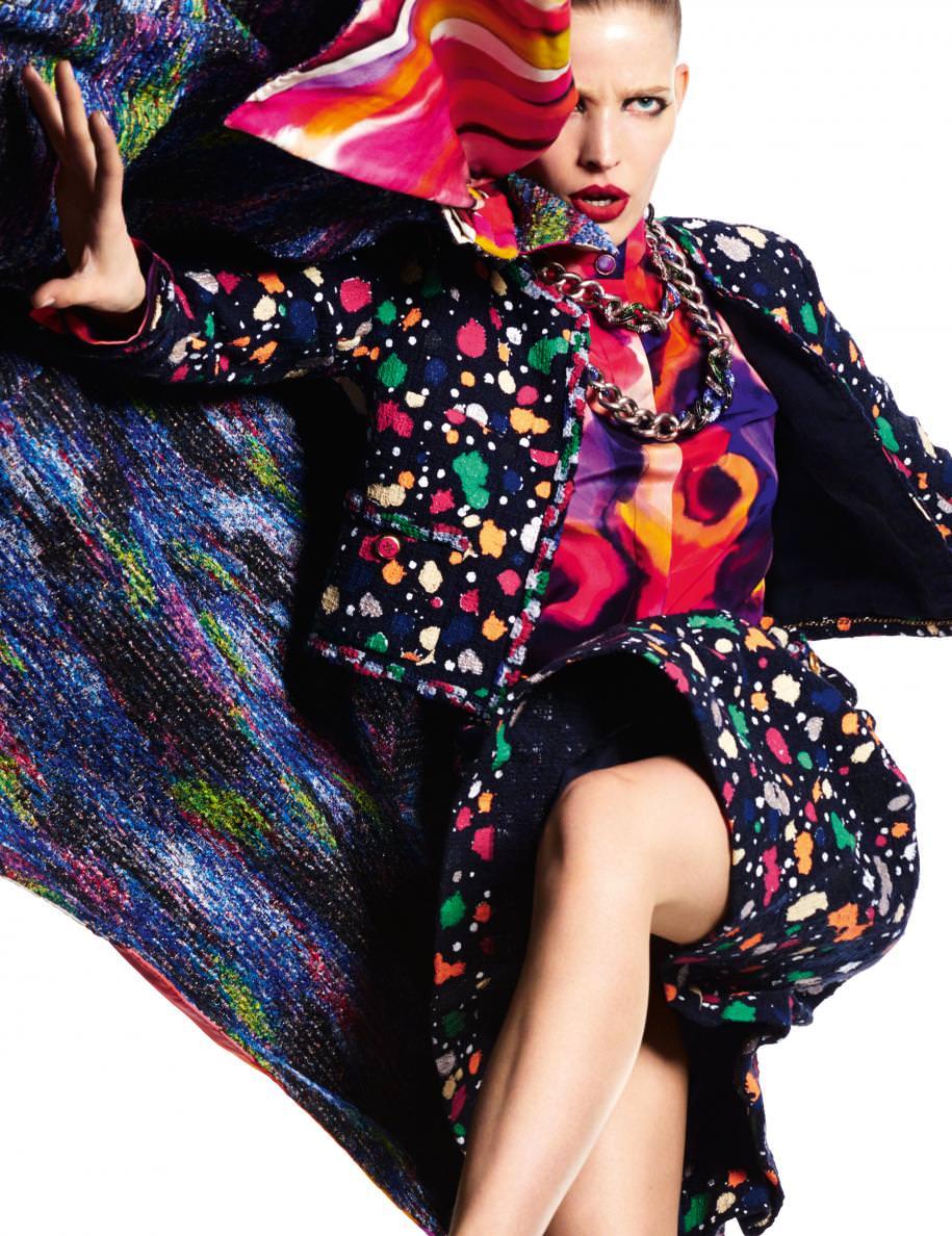 Manteau en crêpe de Chine, tailleur en tweed de coton peint, chemisier en soie imprimée et colliers,CHANEL.