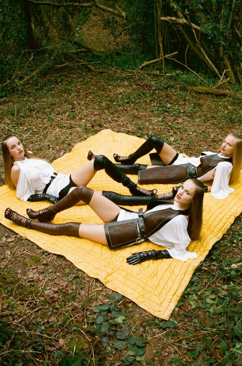 À droite : manteau sans manches en cuir et dentelle, blouse en charmeuse technique et crépon, et cuissardes, le tout GIVENCHY PAR RICCARDO TISCI. Shortys en coton, INTIMISSIMI. Gants, AGNELLE.