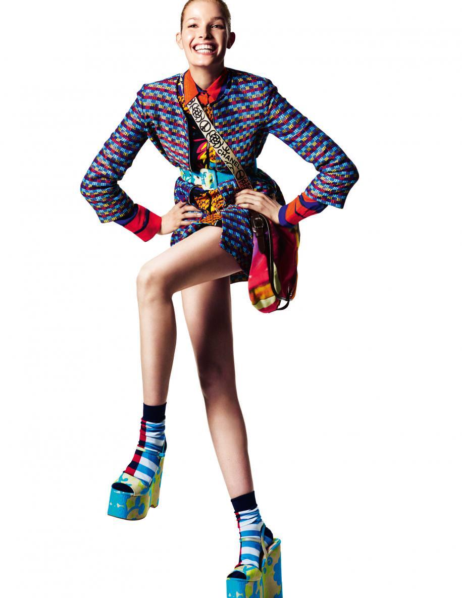 Superposition de vestes et chemisier en soie imprimée,PINKO. Sac en coton et toile,CHANEL. Chaussettes,FALKE. Ceinture et sandales,MIU MIU.
