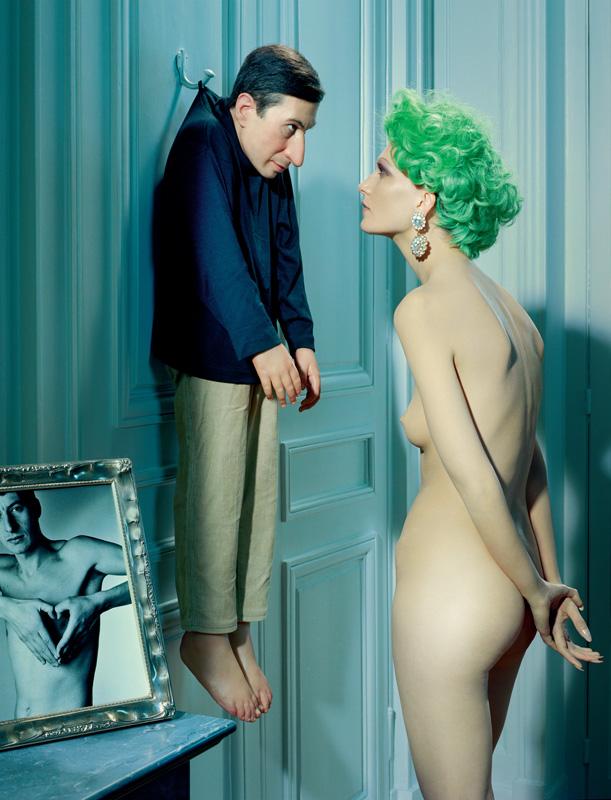 Boucle d'oreille vintage, CHEZ SARAH. Œuvres Untitled (2000), et photo encadréeLessico famigliare (1989)
