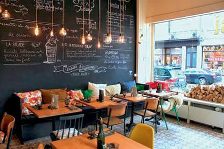 Cantine bio  Cantine bio aux allures de café made in brooklyn, chez Ici, le menu change tous les jours au gré de l'arrivage des fruits et des légumes, cuisinés en soupes, salades, plats à base de quinoa ou à la plancha. Le lieu fait aussi épicerie fine.  Ici,néo-cantine, 35, rue Darwin, Bruxelles.
