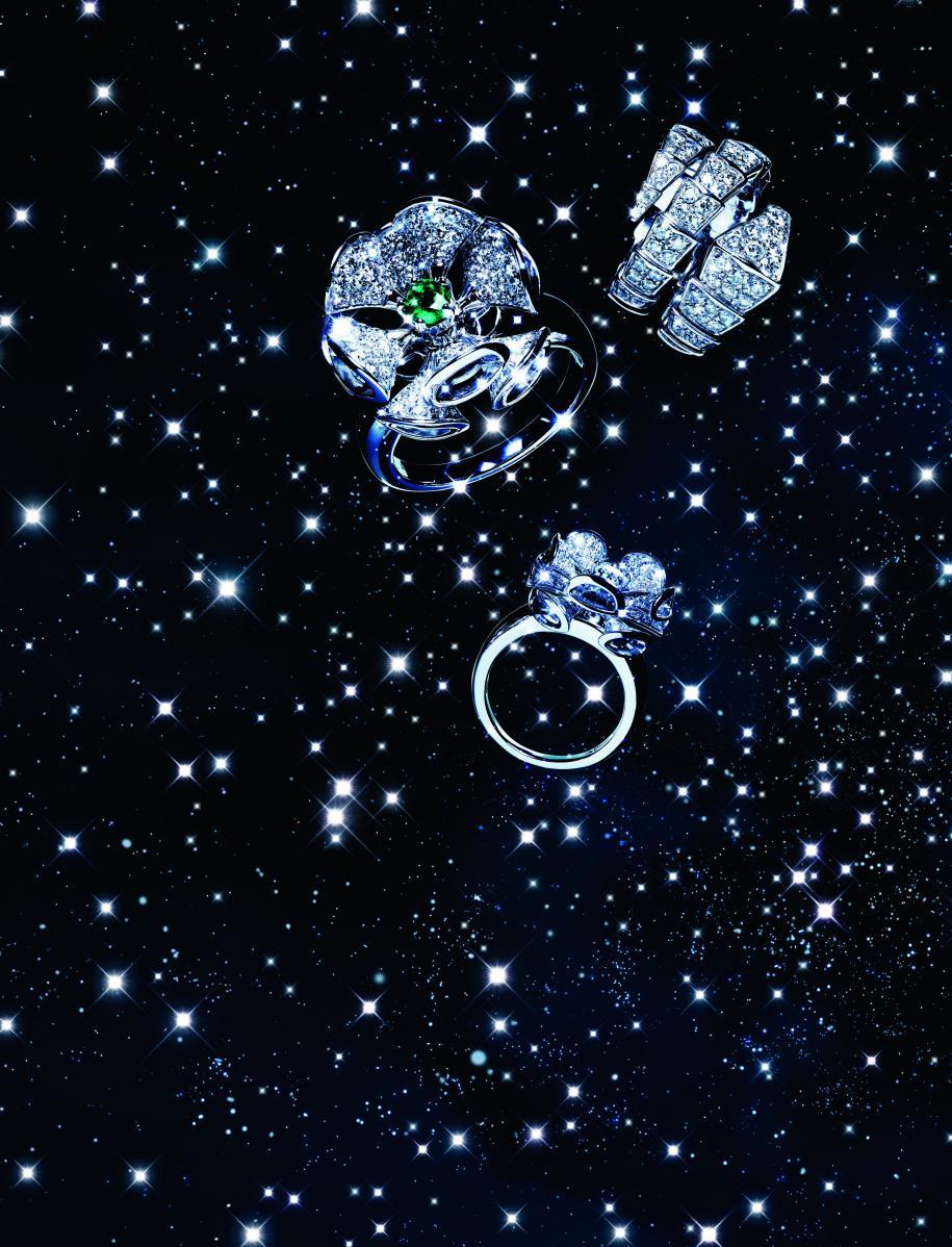 De haut en bas : bague deux tours en or blanc et diamants, collection Serpenti. Bague en or blanc, émeraude et diamants, collection Divas' Dream. Bague en or blanc et diamants, collection Divas'Dream, BVLGARI.