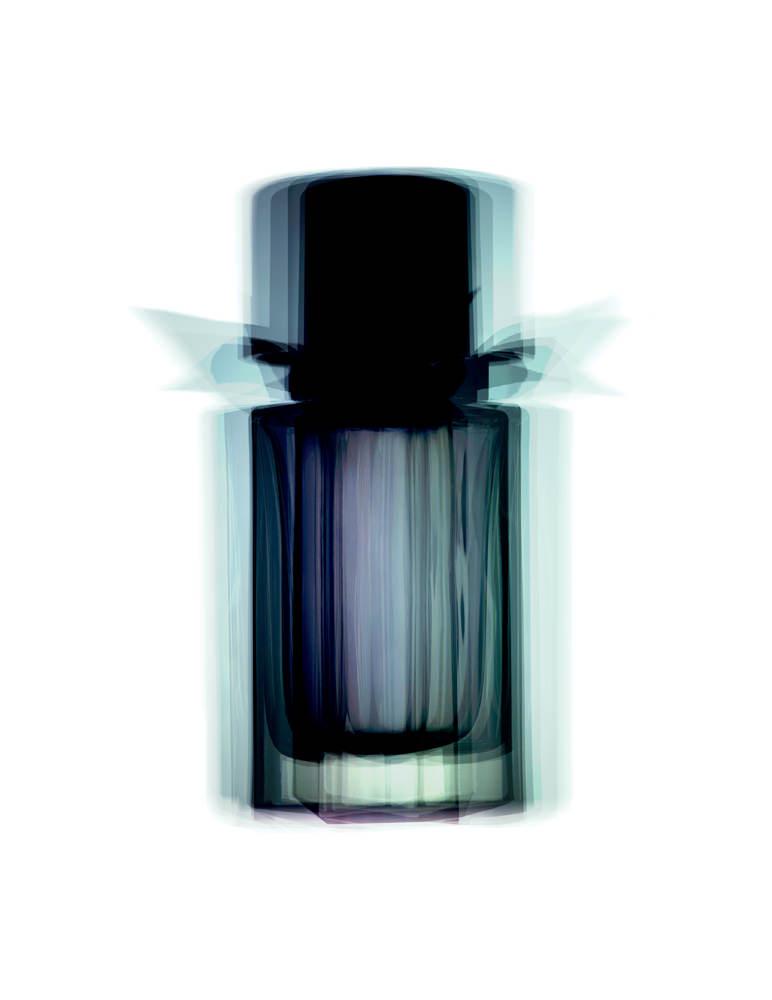 """Aux côtés de Christopher Bailey, le parfumeur Francis Kurkdjian imagine une nouvelle fragrance au sillage boisé, fuméet presque crémeux. Ultra sensuelle, elle combine agrumes, épices (cardamome et muscade), bois et racines (santal, gaïac et vétiver).  """"Mr. Burberry"""", eau de toilette,BURBERRY."""