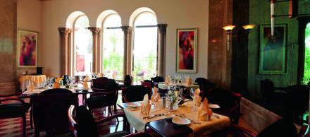 21h00 Dîner face à la mer   Avec sa vue sur la mer, Casablanca est le lieu favori de la bonne société beyrouthine. Propriété du designer libanais Johnny Farah, le restaurant est tenu par sa femme Syn, une Vietnamienne qui réinvente une fusion food bio mâtinée de tendances Est-Ouest.   Dar el-Mreisseh Street, Ain el-Mreisseh.