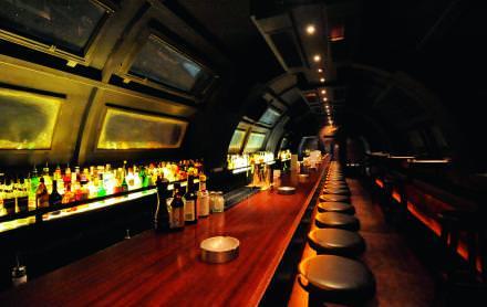 23h00 L'ivresse des cimes   Aménagé dans une nacelle suspendue, le bar du Centrale, conçu par l'architecte Bernard Khoury, donne l'impression de péné- trer dans un sous-marin. S'il fait beau, une partie du toit semi-cylindrique coulisse pour dévoiler une vue panoramique sur Beyrouth.   centrale-restaurant.com