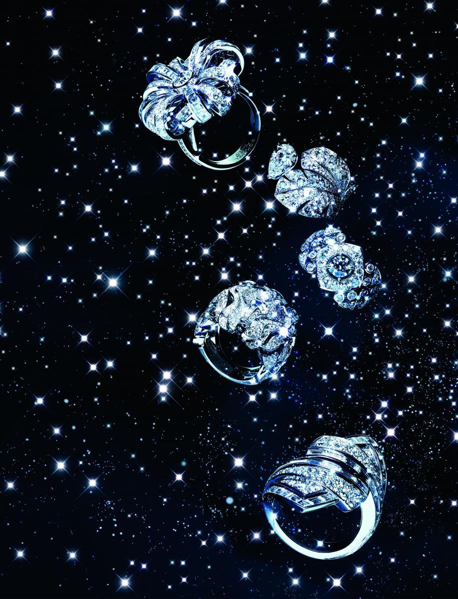 "De haut en bas : bague ""Attirante"" en or blanc et diamants. Bague ""Curved Feather"" en or blanc et diamants. Bague ""Signature Surpiquée"" en or blanc et diamants. Bague ""Lion Vénitien"" en or blanc et diamants. Bague ""Maud"" en or blanc et diamants, CHANEL JOAILLERIE."