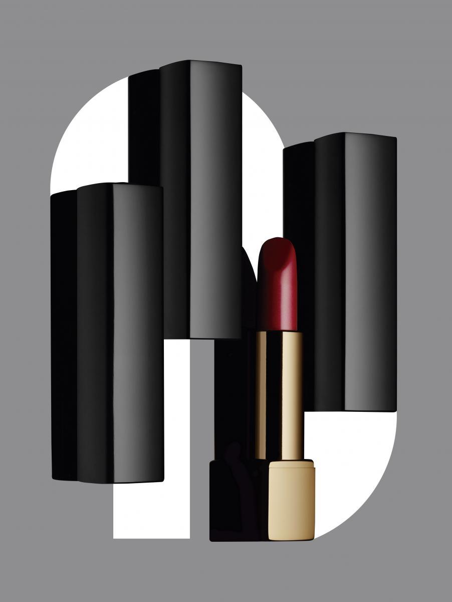 """Le camélia emblématique de lamaison Chanel vient orner le capotdoré de huit nuances des rouges àlèvres Rouge Allure et Rouge AllureVelvet, le temps d'une édition.""""Rouge Allure Camélia"""", no 637camélia pourpre, CHANEL. Envente dans les boutiques ChanelChampsÉlysées et Marais."""