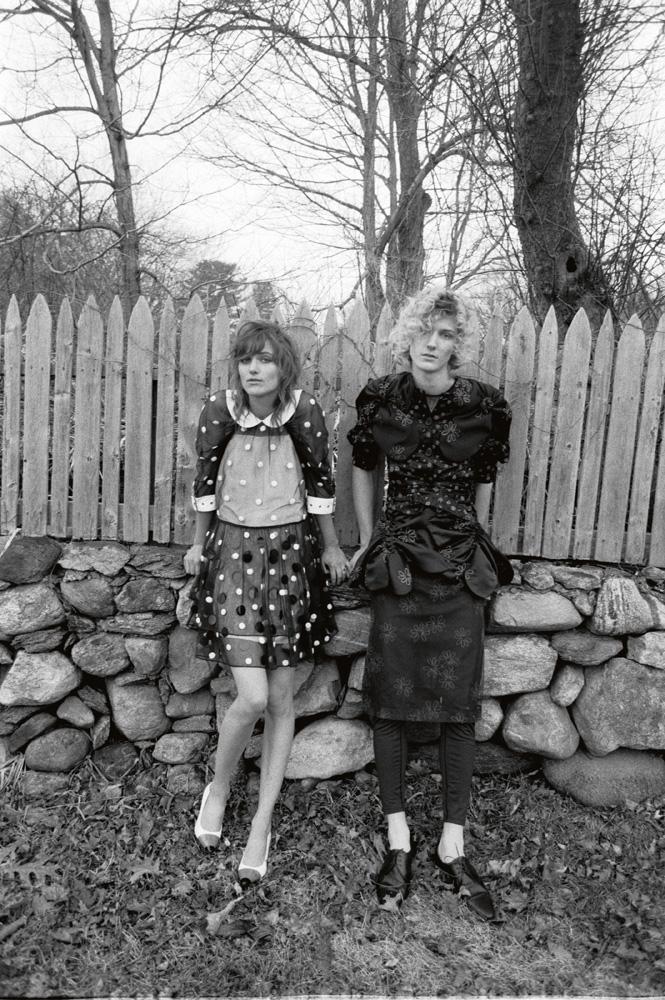 À gauche, elle : robe en tulle brodé, haut en jersey et chaussures, BURBERRY PAR RICCARDO TISCI. Lui : robe en crêpe à volants, SIMONE ROCHA. Legging, WOLFORD. Chaussures, CELINE PAR HEDI SLIMANE.