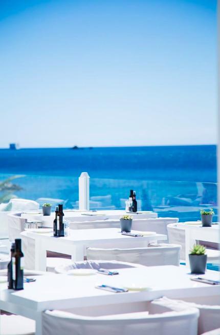 """18h : Un coucherde soleil sur le rooftop Cotton Beach Club  Considéré comme le plus beau rooftop d'Ibiza par """"The Independant"""" ou """"The Telegraph"""", le Cotton Beach Club et son mobilier d'un blanc immaculé remportent tous les suffrages. Zenitude et plénitude emplissent cette terrasse au bord de l'eau dont l'esthétique n'est pas sans rappeler les petites """"casitas"""" des îles des Cyclades. Ajoutez à cela des cocktails enivrants comme le Tia Mia -Zacapa 23, Grand marnier, Mezcal Amores, sucre, citron vert- et vous obtenez un apéritif parfait.  cottonbeachclub.com"""
