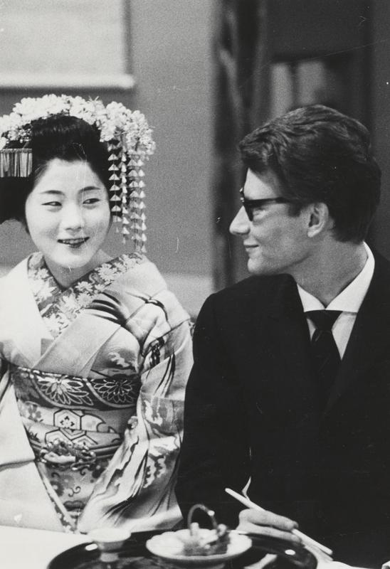 Yves Saint Laurent en compagnie d'une courtisane habillée en vêtements traditionnels lors de son premier voyage au Japon, Kyoto, avril 1963