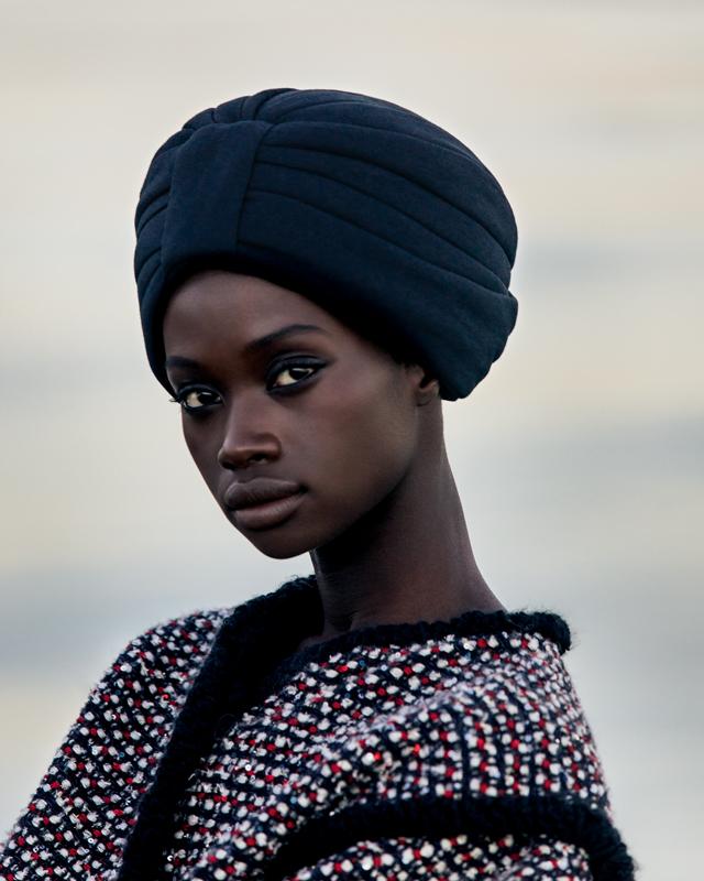 """Fatou Jobe photographiée par Robbie Lawrence en couverture du Numéro """"Voyage"""" 198."""