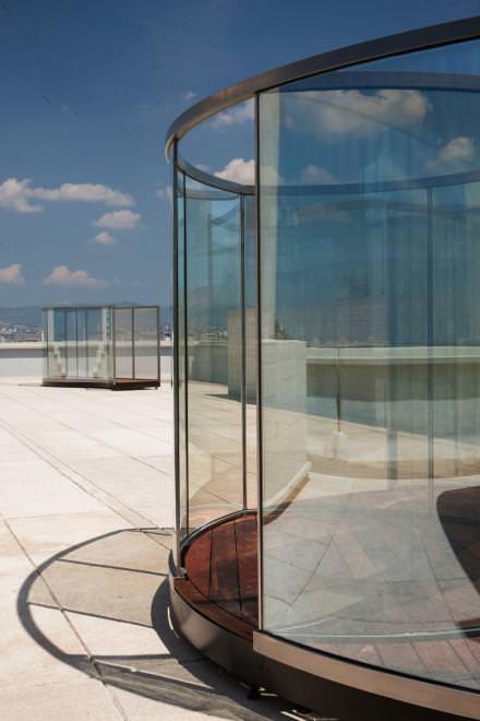 Les fascinants pavillons de verre de l'artiste américain Dan Graham