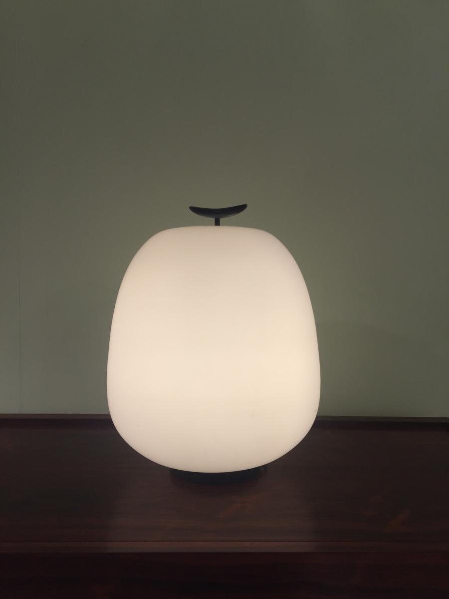 Lampe à poser J13, 1959, parJoseph André Motte, édité par Pierre Disderot, galerie Pascal Cuisiner.