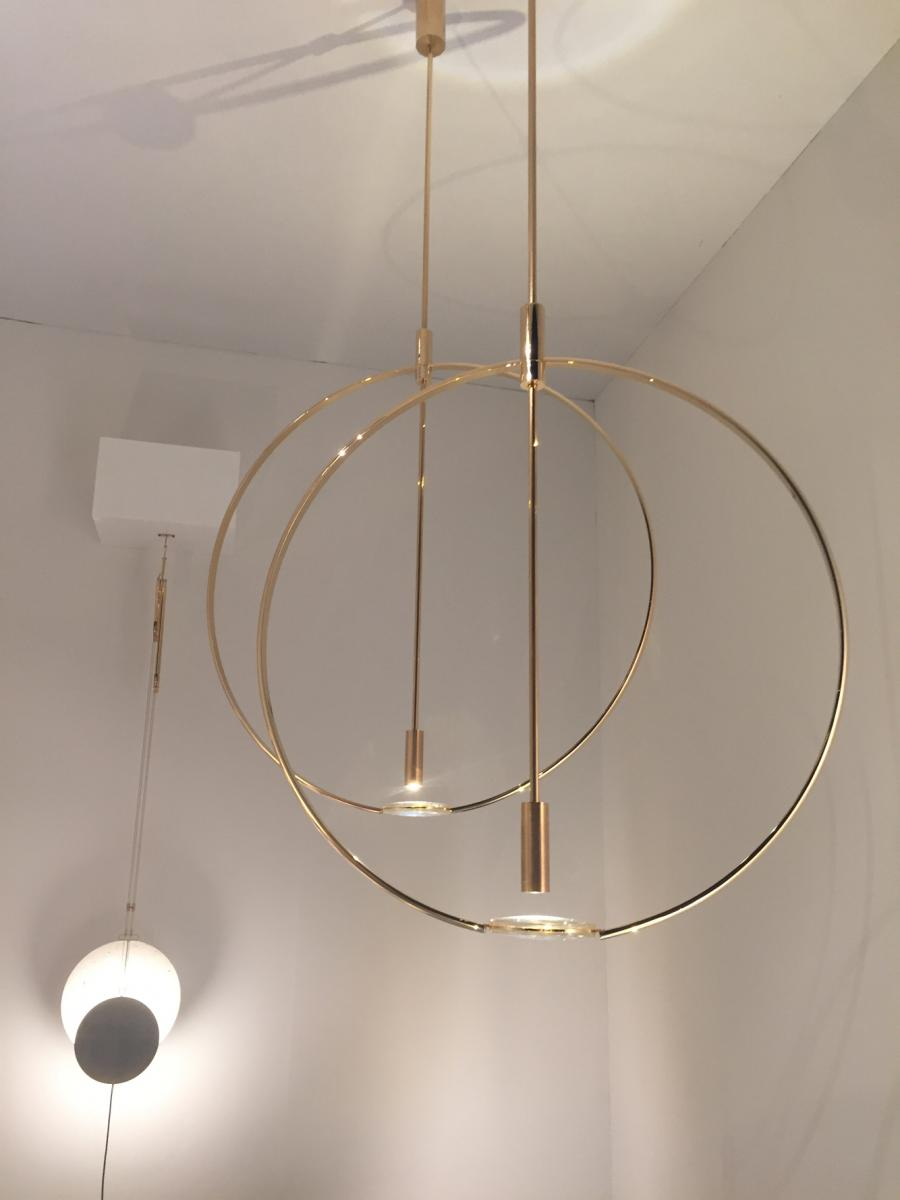Magnifier Ceiling, 2016, parFormafantasma pour Giustini/Stagetti. Goldenbrass with LEDs and a lens.