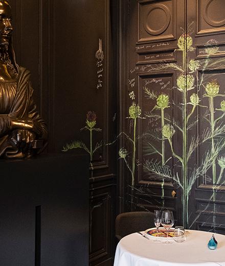 """À gauche : """"Et tu, Duchamp"""", Subodh Gupta. À droite : """"Dessine-moi un artichaut"""", Fabrice Hyber © Laurence Mouton"""