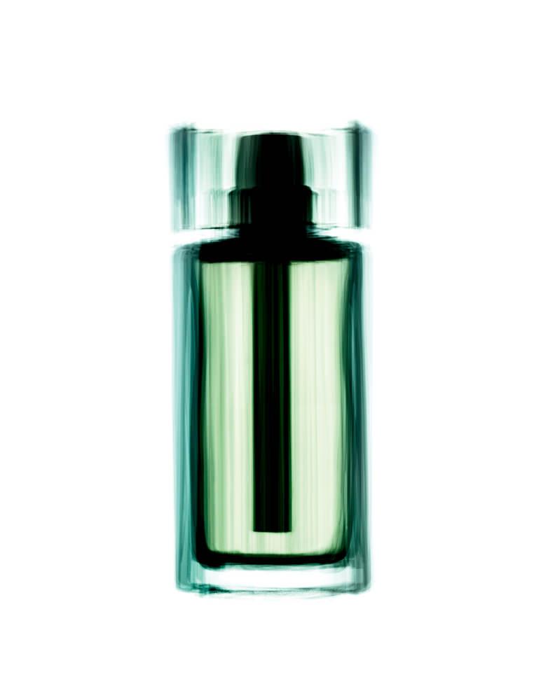 """Éclaboussée de lumière enveloppante, cette eau froide dans son flacon blanc marie les agrumes aux muscs blancs. Légèrement pétillante, subtilement amère, à peine poudrée par l'iris, la dernière version de la cologne hespéridée revue en 2013 par François Demachy s'impose déjà en tant qu'eau fraîche classique.  """"Dior Homme Cologne"""",DIOR."""