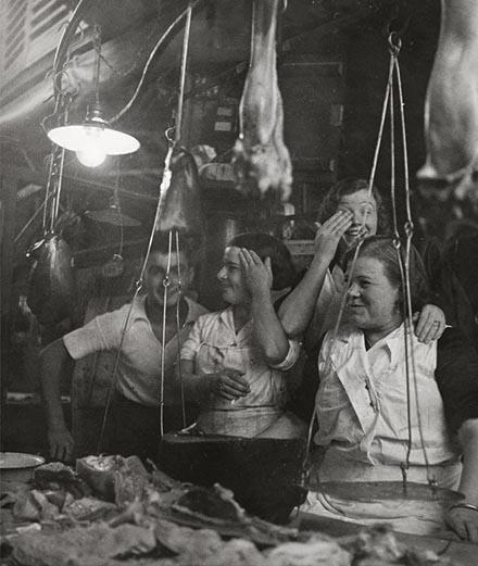 """Dora Maar, """"Barcelone"""" [vendeuses riant derrière leur étal de charcuterie] (1933). Épreuve gélatino-argentique."""