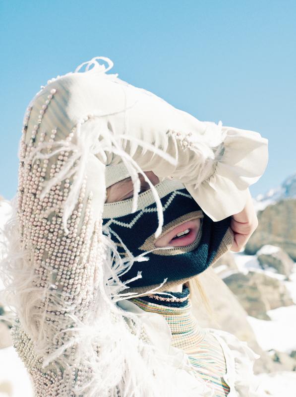 Robe en mousseline de soie brodée de perles, de cristaux et de plumes, BLUMARINE. Col roulé en coton multicolore, MISSONI. Cagoule, GUCCI.