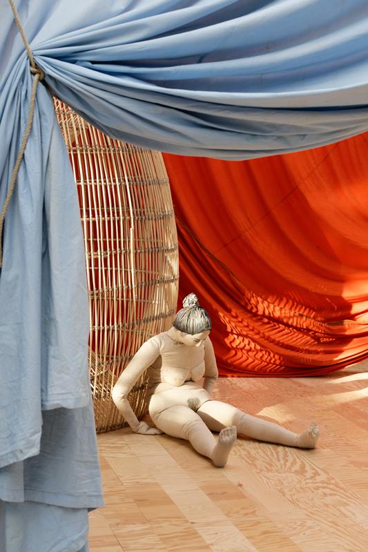 Vue de l'exposition «Le Milieu est bleu » d'Ulla von Brandenburg, Palais de Tokyo (2020).Photo: Aurélien Mole